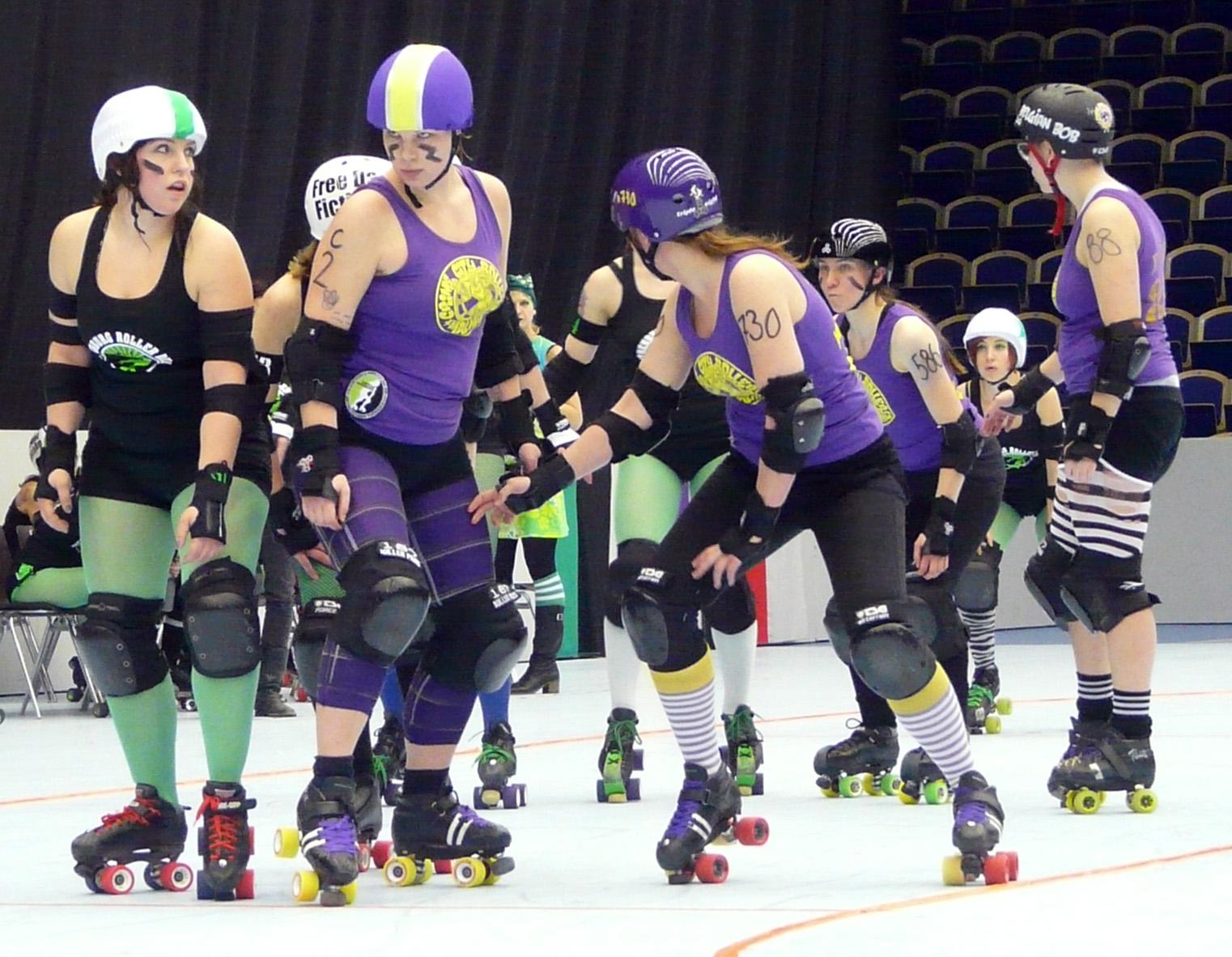 Crime City Rollers möter annat lag i en roller derby match